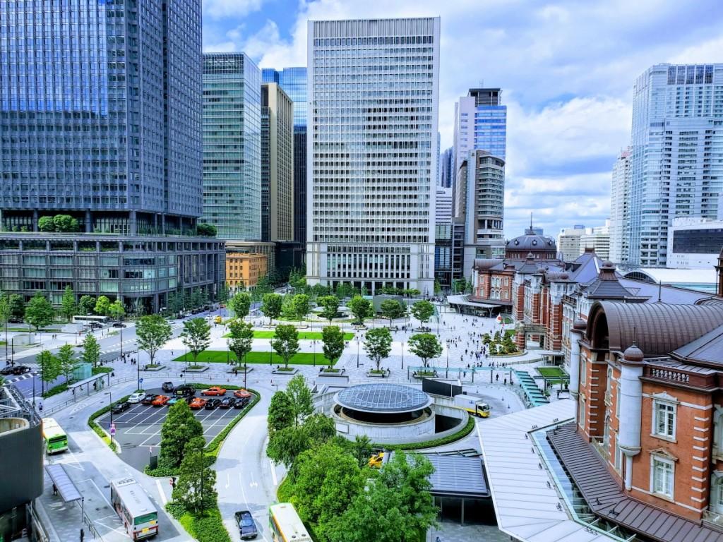 東京駅丸の内側の風景です。最近では、結婚式の前撮りスポットとしても、すっかり定着しましたね。