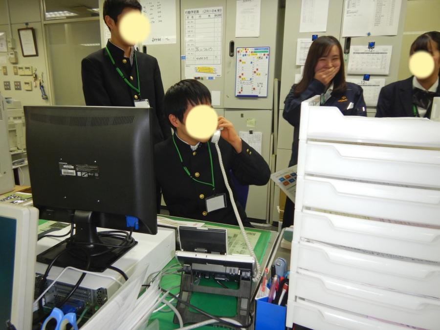 事務所体験の様子。なぜか当社亀田が大爆笑しています。