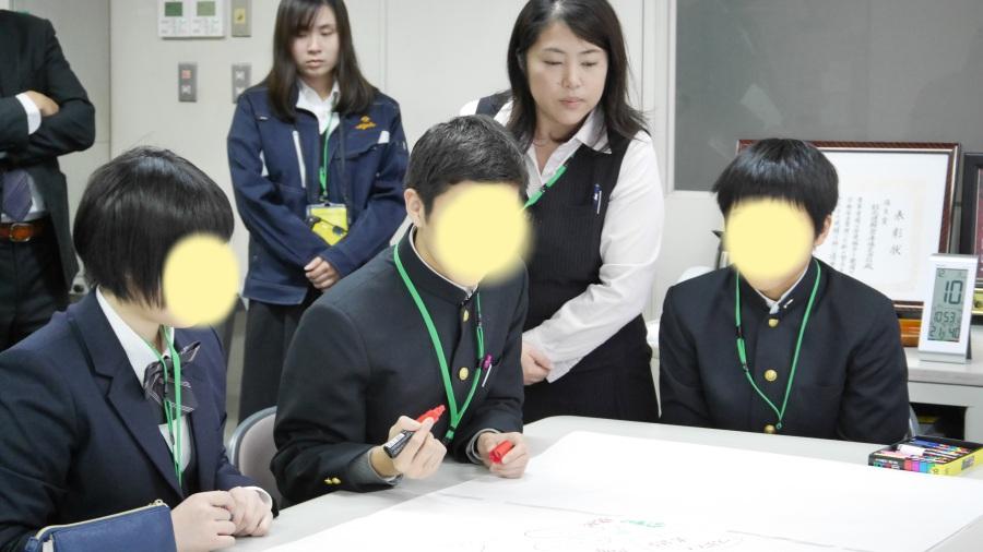 物流シミュレーションゲームに悩む男子生徒。